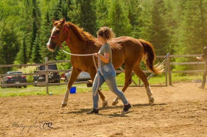Étudiante avec son cheval