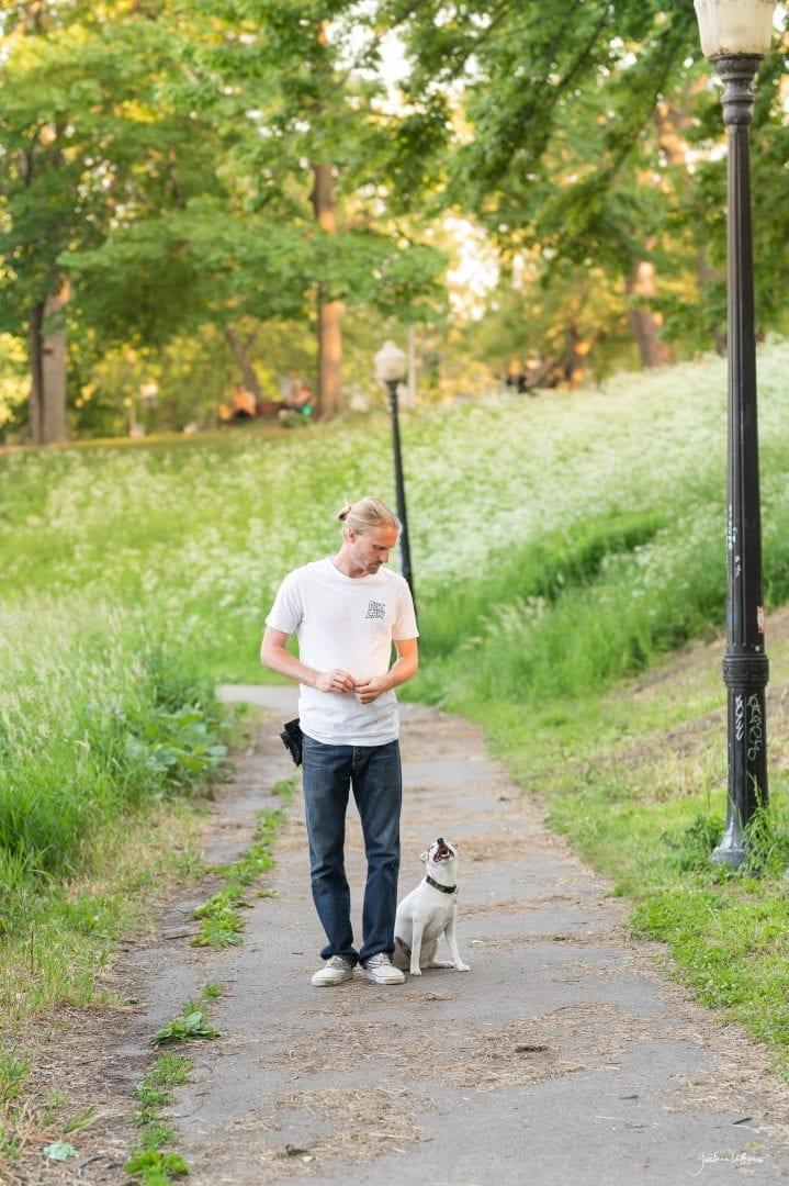 Étudiant avec son Jack Russell dans un parc